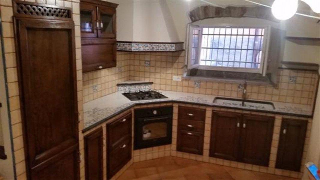 Cucine in muratura cu ce mur cucine in muratura tavoli in pietra lavica top e lavelli in - Cucine finte muratura ...