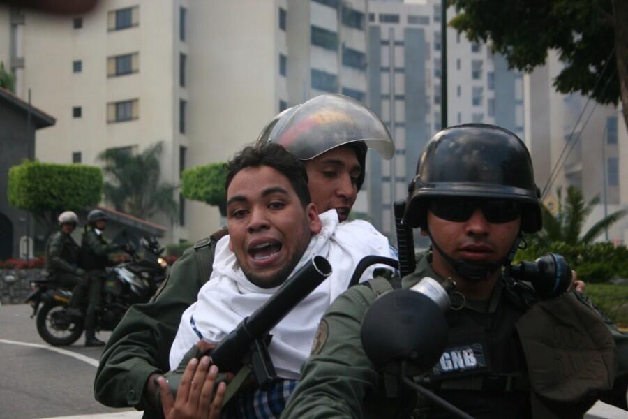 #ConcluLL3 @fdelrinconCNN @GueberB DETENIDO POR LA DICTADURA Jesús Chávez estudiante UNIMET en Terrazas del Avila pic.twitter.com/XGwKejueFx