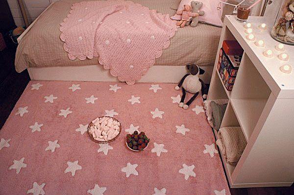 Alfombra Lavable Infantil Pink Stars White Lorena Canals, con un elegante diseño en el que destacan unos espectaculares estrellas de cinco puntas blancas sobre un fondo rosa.