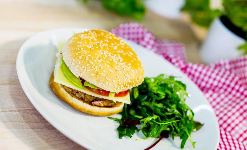 Tämä Alex Niemisen kasvisburger vakuuttaa nirsommankin ruokailijan. Hampurilaisen väliin paistetaan papupihvi.
