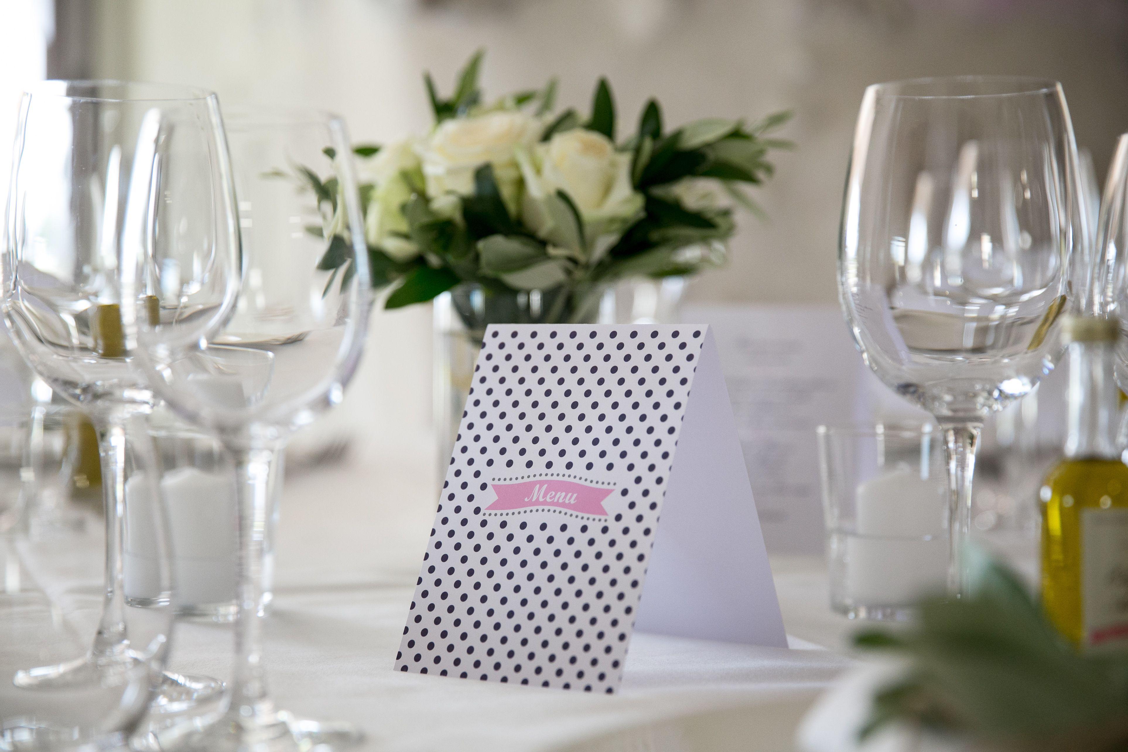 Table de mariage en provence menu papeterie de mariage centre de table bouquet roses blanches - Bouquet table mariage ...