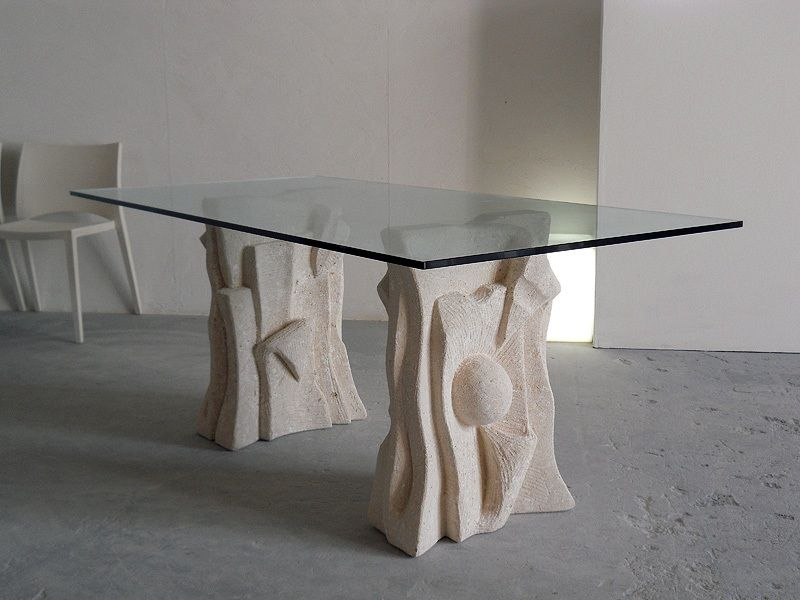 Archivio: tavolo per le persone con un aspetto freddo e senza cuore ...