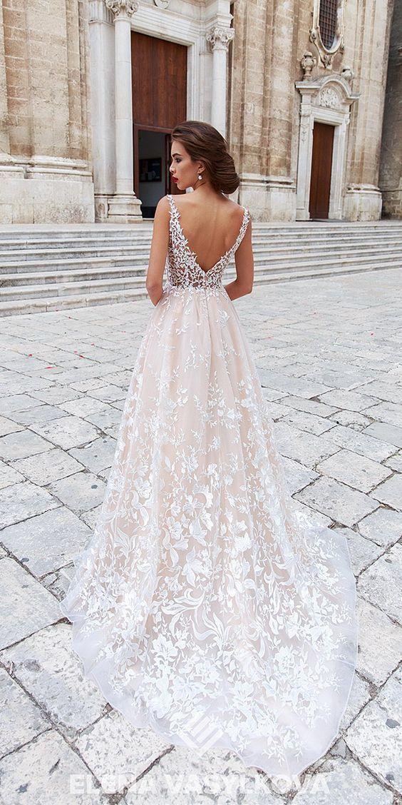 Mijn nieuwe favoriete bruidsjurk. Ik hou van de kant en de lage v rug. Zeer stijlvol