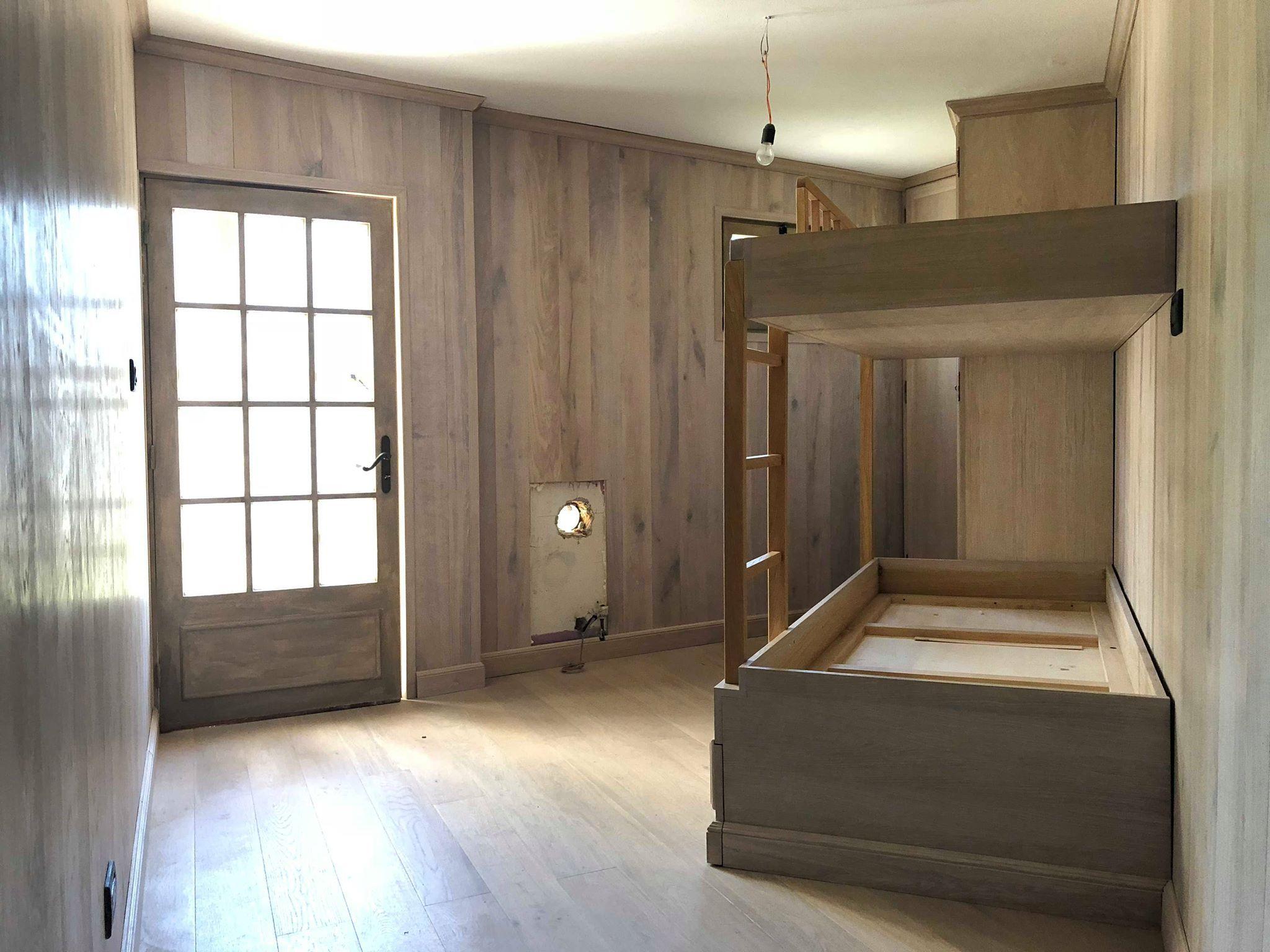 Camera Da Letto Con Boiserie : Camera da letto con boiserie a listoni di rovere.letto a castello