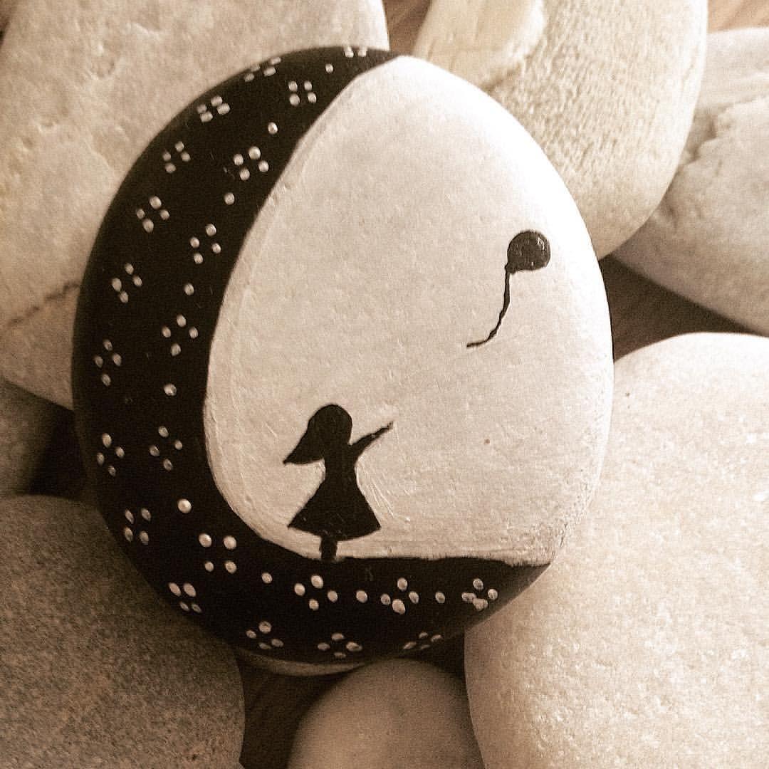 "Aslı Yosun on Instagram: ""#stonepainting #tasboyama #rockpainting #stone #resim #picture #beautiful_stones #siyahbeyaz #blackandwhite #art#instaart #artoftheday…"" #kieselsteinebilder"