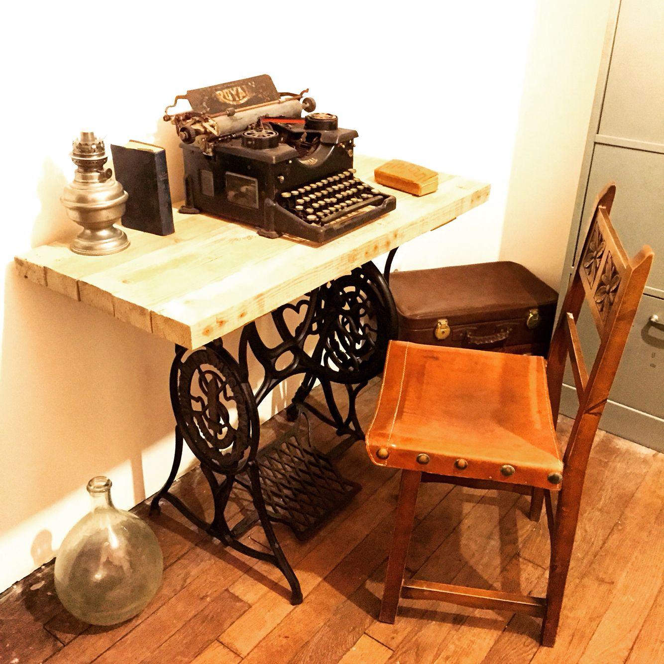 bureau en bois de palettes sur ancienne machine coudre. Black Bedroom Furniture Sets. Home Design Ideas