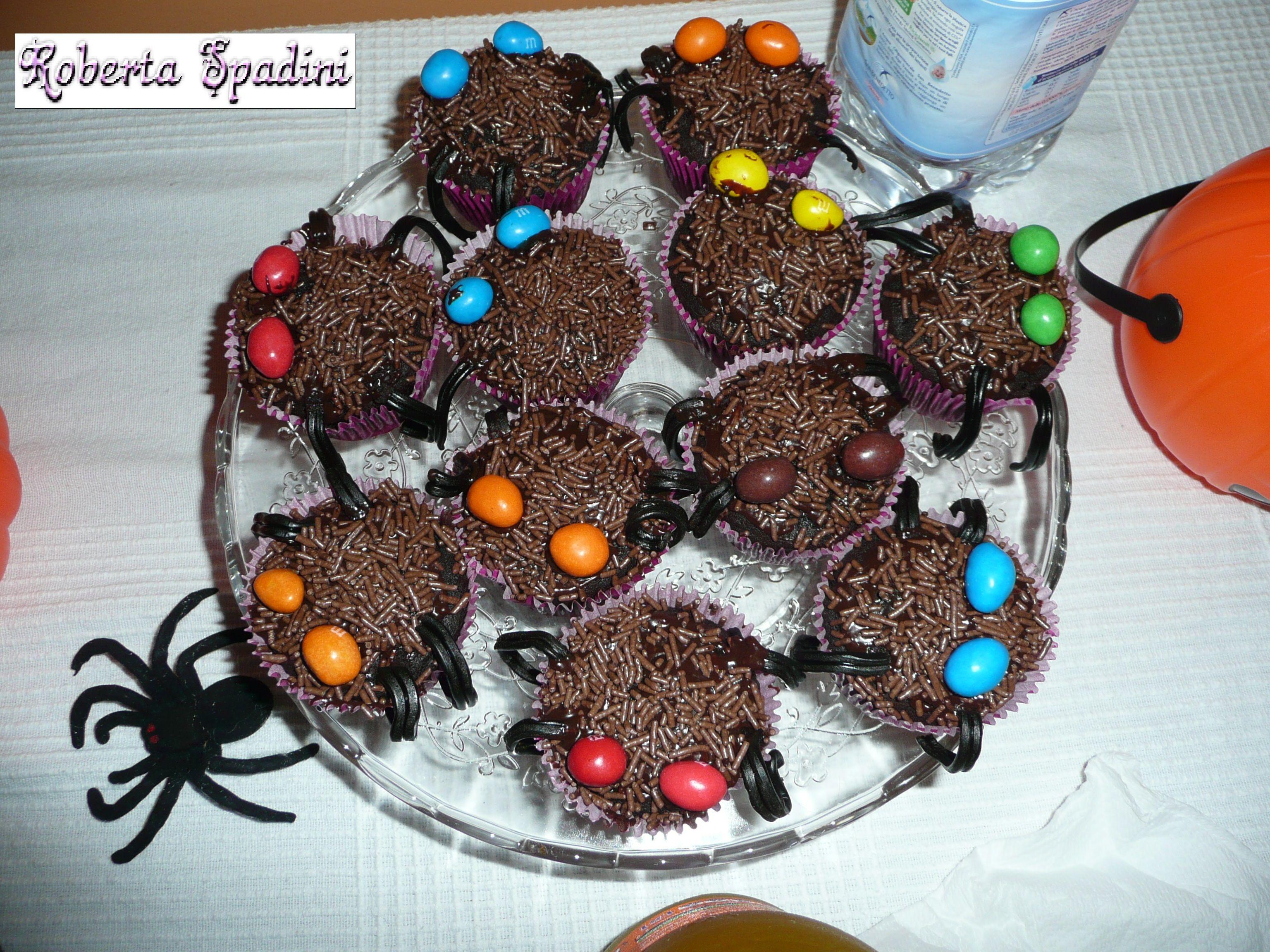 halloween cupcake my friend made for Halloween. Best cupcake eveeeeeer!!