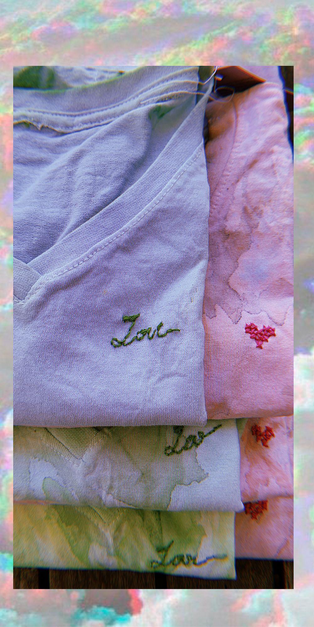 Camisetas #tiedye pintada e bordada manualmente, ✨  . #handmade #shoplocal #feitoamao #camiseta #bordado