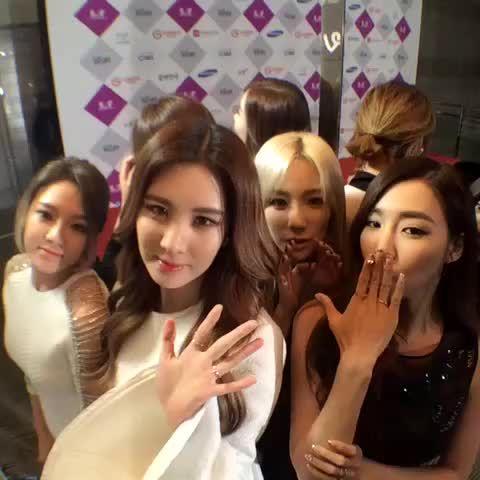 @SBSNOW: 지금 여기는 #2015SBS가요대전 포토월 현장입니다 오늘밤 9시40분! 가수들이 전하는 새해소망을 확인하세요 #2016대박 #소녀시대