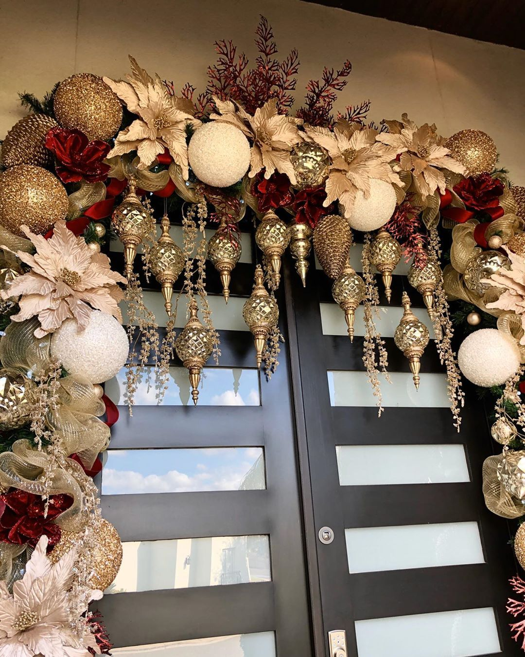 Como Decorar El Frente De Mi Casa En Navidad Decoracion Navidena Para Puertas Decoracion De Puertas Navidenas Puertas Decoradas De Navidad Decoracion De Unas