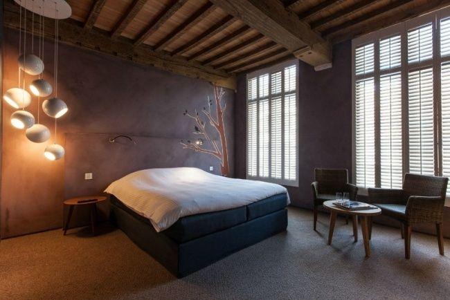 Schlafzimmer Einrichtungsideen Teppichboden Holzdecke Pendelleuchten Lila  Wand
