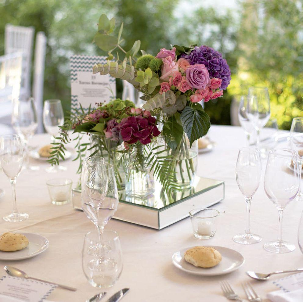 Mesas decoradas a tu gusto, simple y elegante como esta o....