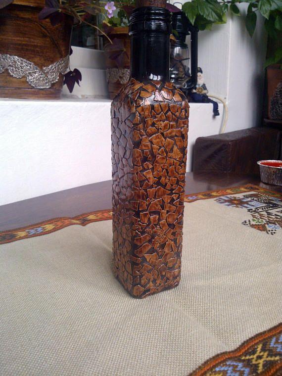 Botella de mano marr n decorado con c scaras de huevo cer mica - Cascara nueces para decorar ...