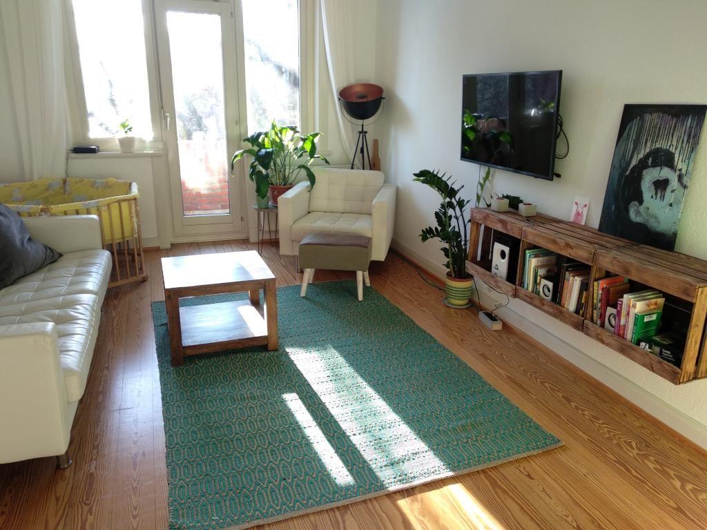Schwebendes Bcherregal aus Obstkisten frs Wohnzimmer DIY Regal Bcherregal Holzkisten