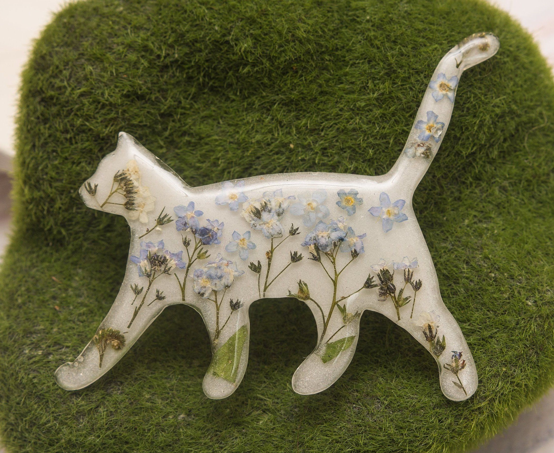 White Cat Brooch With Real Forget Me Not Flower Pet Jewelry Etsy Cat Brooch White Cat Pressed Flowers