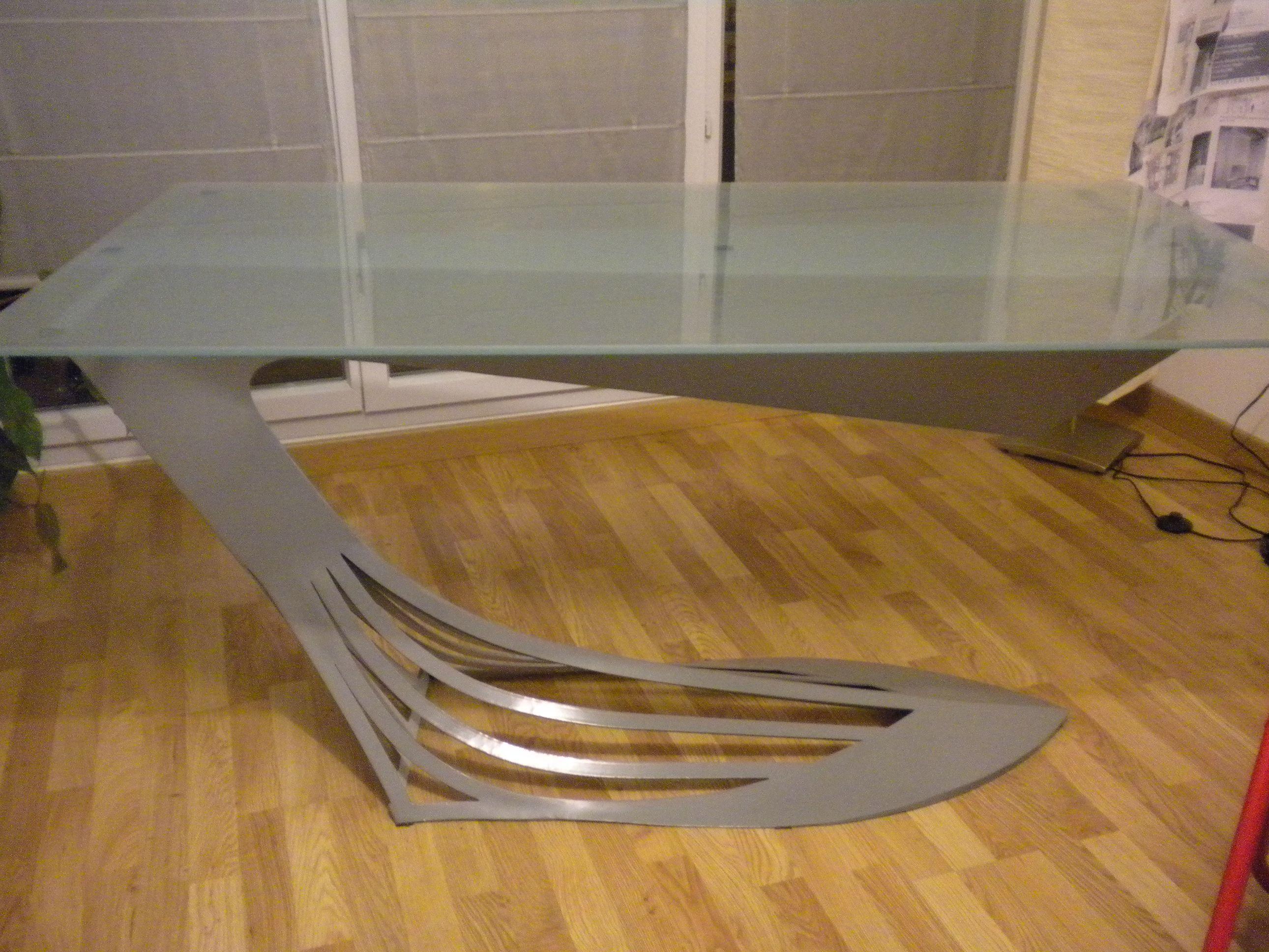 Table de salle avec structure en acier peint et plateau en verre