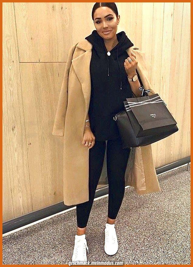 Leggendario Una combinazione di maglione casual e leggings con un lungo cappotto invernale in …