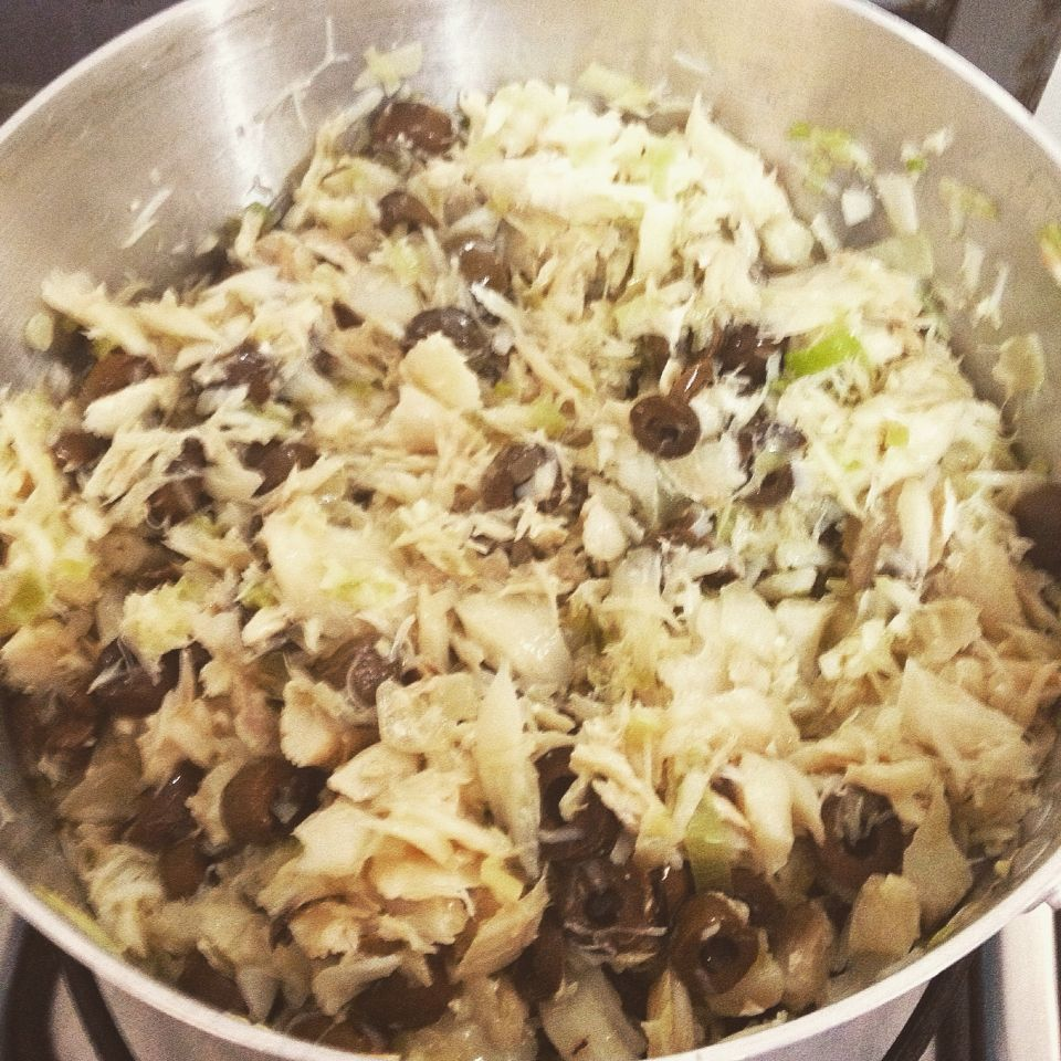 Azeite, cebola, alho poro, azeitonas pretas e bacalhau