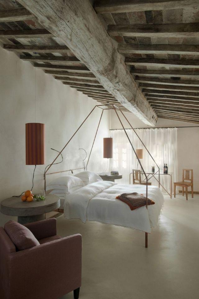 Rustikales Hotel Zimmer einrichtung Holzbalken-Decke Himmelbett ...