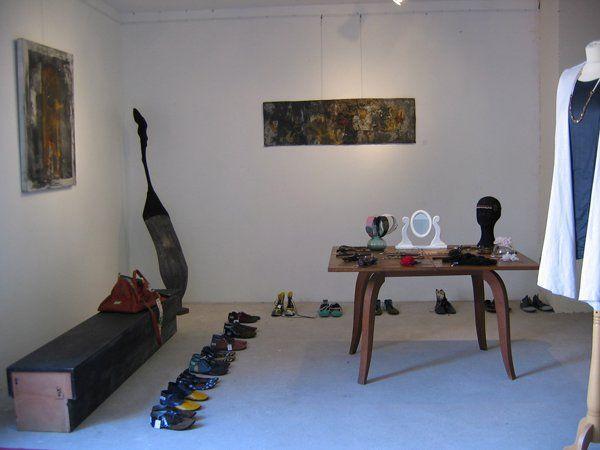 Les collections d'une dizaines jeunes créateurs de mode, bijoux, chaussures, sacs et headband sélectionnées par Hic & Nunc Store; mai 2011, galerie strasbourgeoise. http://www.hicetnunc-store.com/