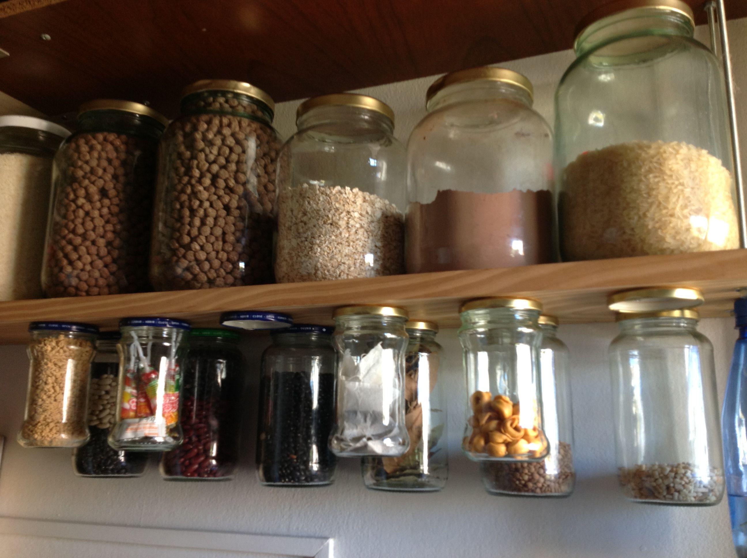 Mi alacena se atornillan las tapas de los frascos un for Como hacer estantes de cocina