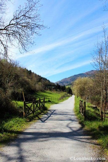 ¿A que apetece dar un paseo, ya sea caminando o en bici, en familia, por esta vía verde? #hiking #Euskadi #travel #viajes #BasqueCountry #txoko #lonifasiko
