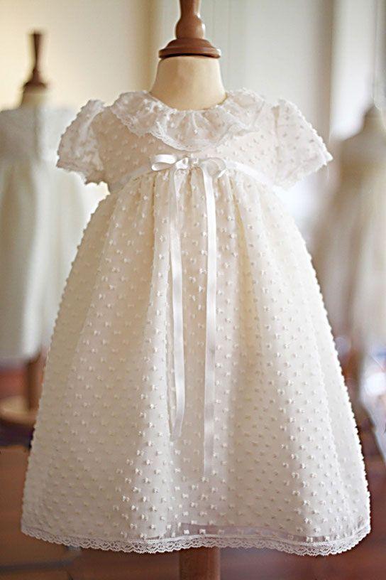 2ca4011269bb Robe baptême bébé fille courte en voile de soie plumetis et noeud de satin  à la