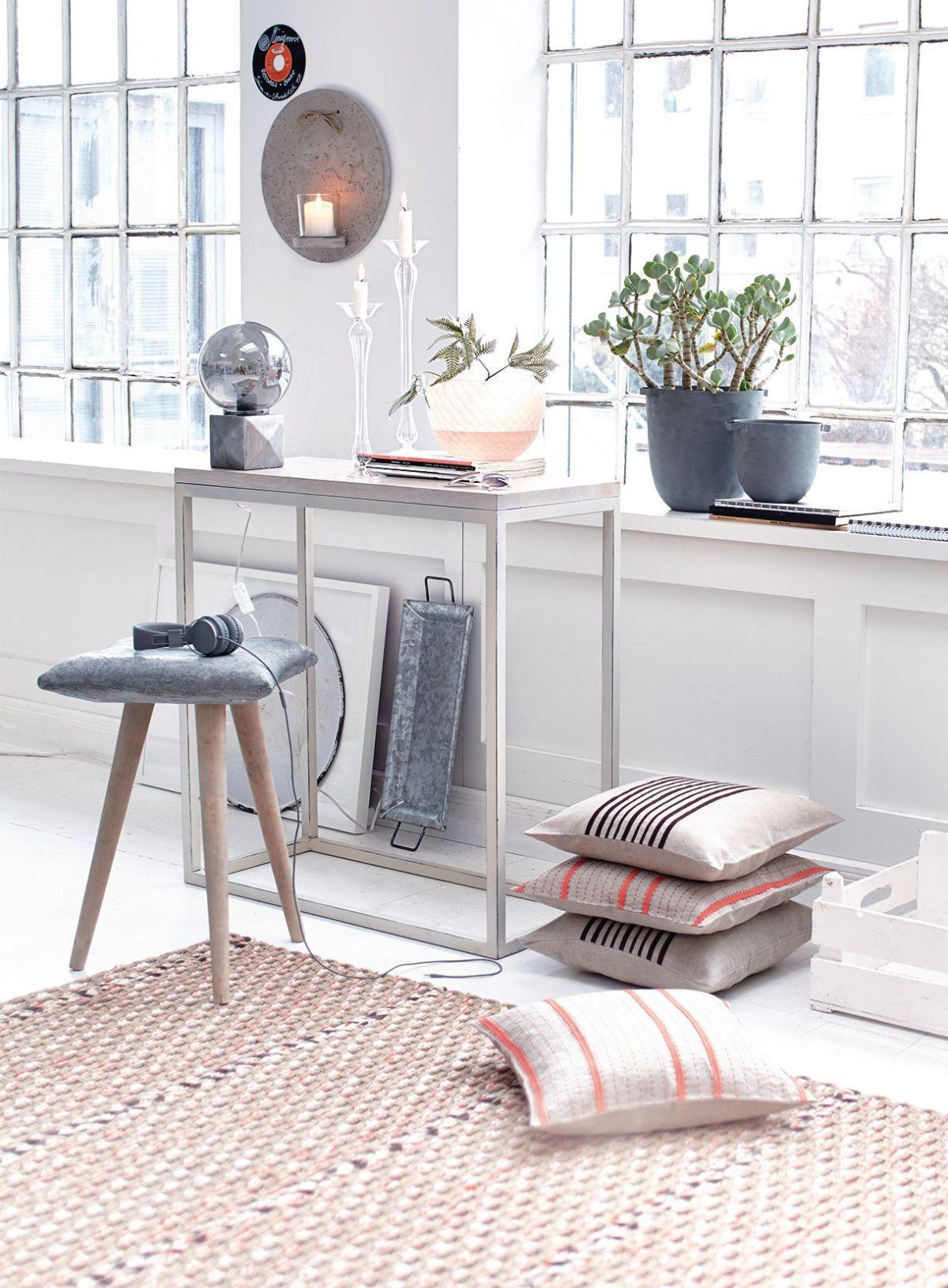 Da geht uns ein Lichta auf - perfekter geht es kaum und passend wunderbar zum Loftstyle: Schlicht und sehr designig: eine transparente Glaskugelund ein silberfarbener Quader.