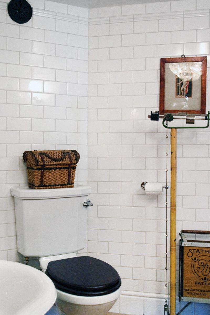 Inredning gästtoalett inspiration : Sekelskiftesbadrum med väggar klädda med halftilekakel och ...