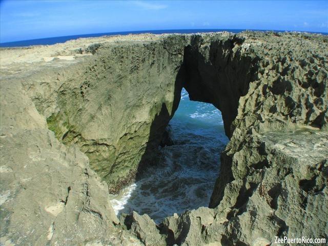 """""""El Pozo de Jacinto"""" en Isabela, Puerto Rico."""