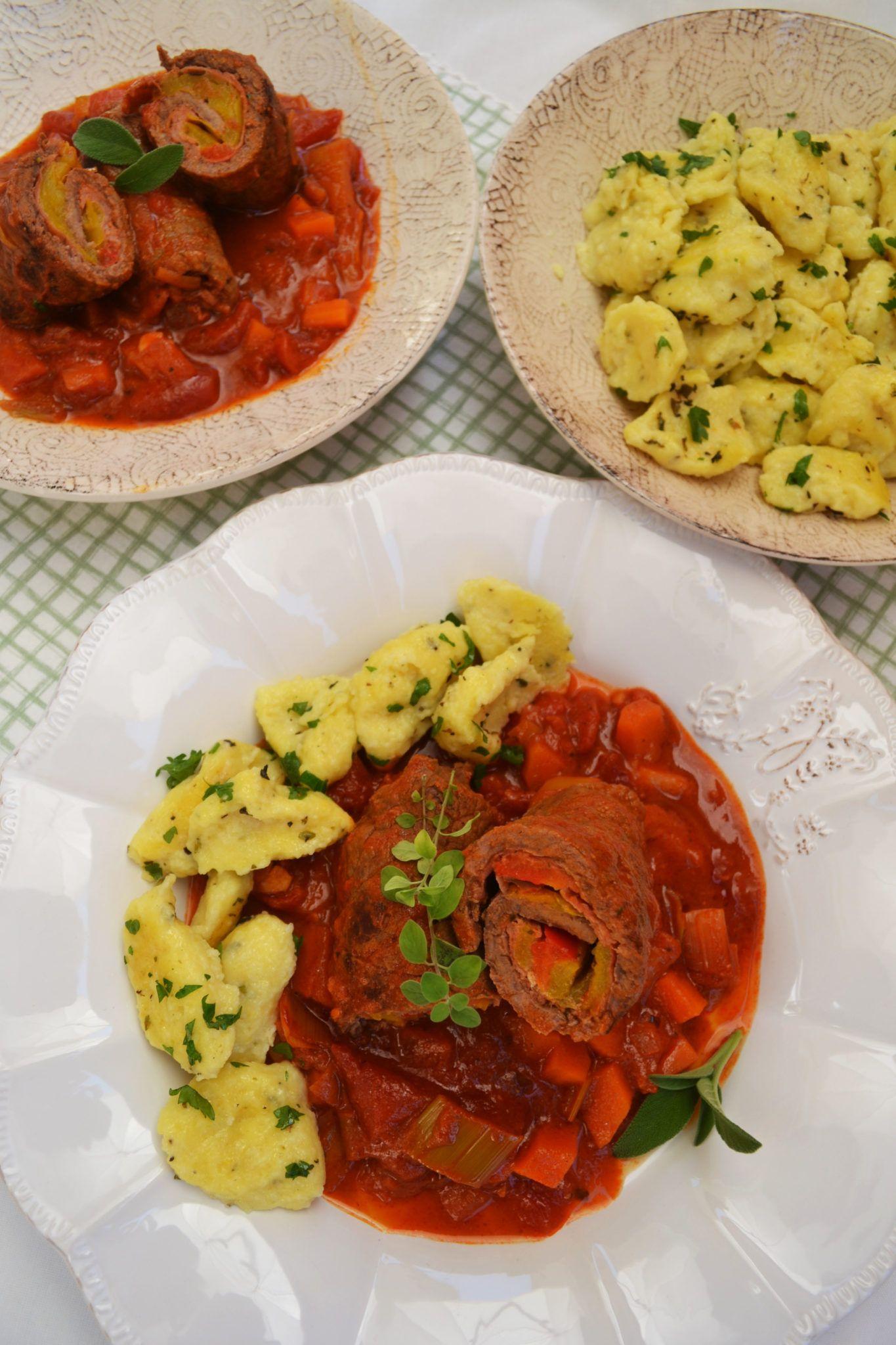 Hier kommt ein ganz feines aber einfaches Essen für die ganze Familie! Gut gefüllte Rindsrouladen schmorgeln in einer aromtischen Tomaten-Gemüse-Sauce. Dazu gesellen sich noch fluffige Sauerrahmnoc…