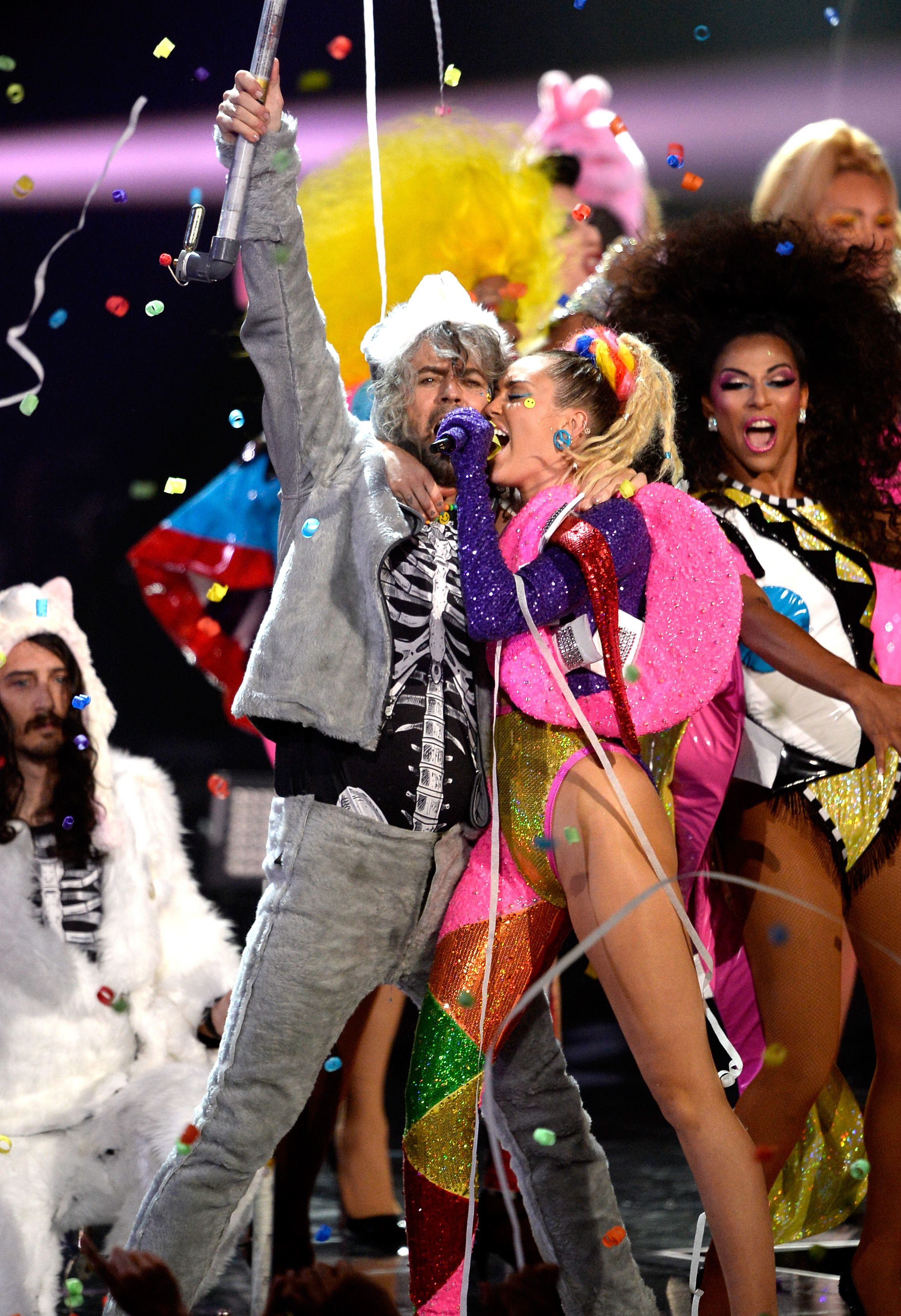 Miley Cyrus, Flaming Lips plan nude concert, Entertainment