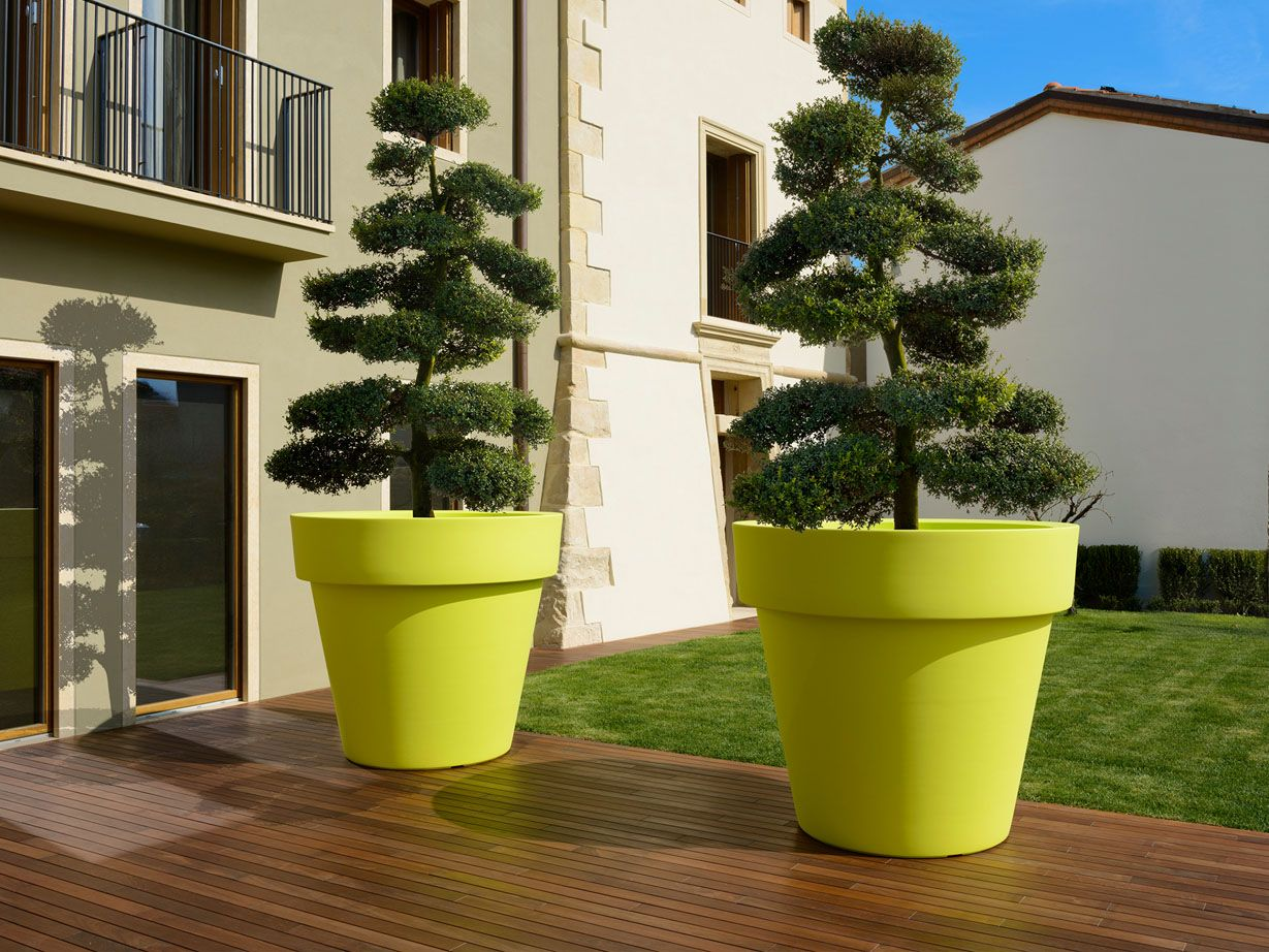 Macetas grandes macetas con plantas pinterest for Macetas plantas exterior
