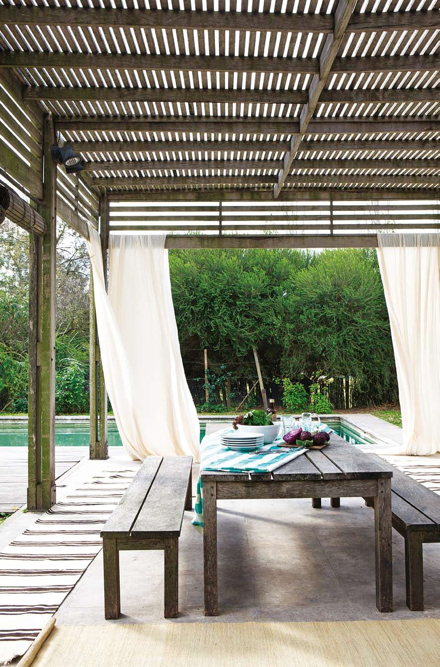 Una casa decorada con texturas y colores cortinas claras - Cortinas para pergolas ...