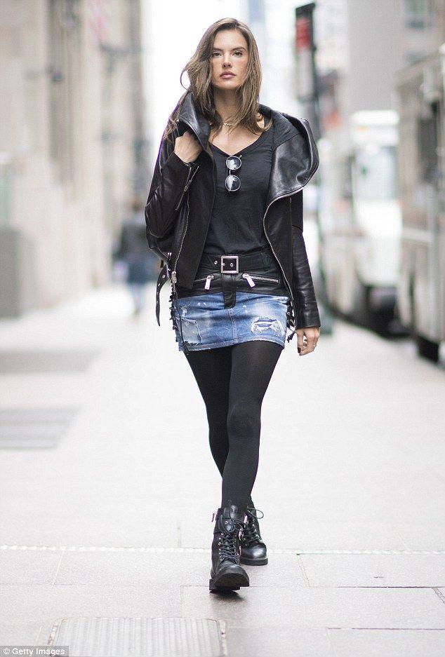 Photo of Alessandra Ambrosio cammina per strada a New York City