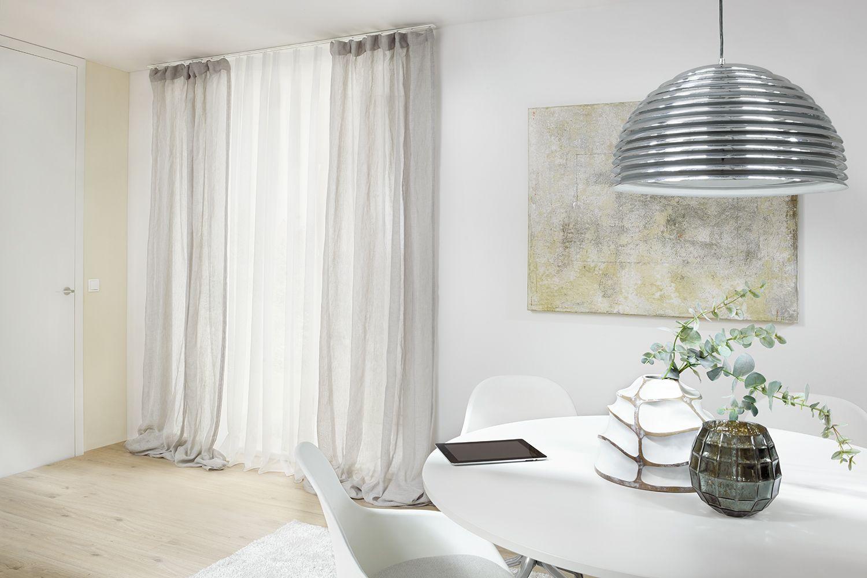 #studio3001 #werbefotografie #interieur #vorhänge #gardinene #leicht #luftig #modern #vorhangschiene #esszimmer #tischdeko #pendelleuchte #naturtöne #esstisch #rund #weiß #stühel #pendelleuchteesstisch