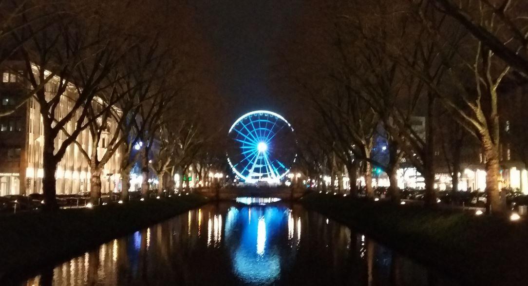 Die Düsseldorfer Kö mit Riesenrad bei Nacht, Foto: S. Hopp