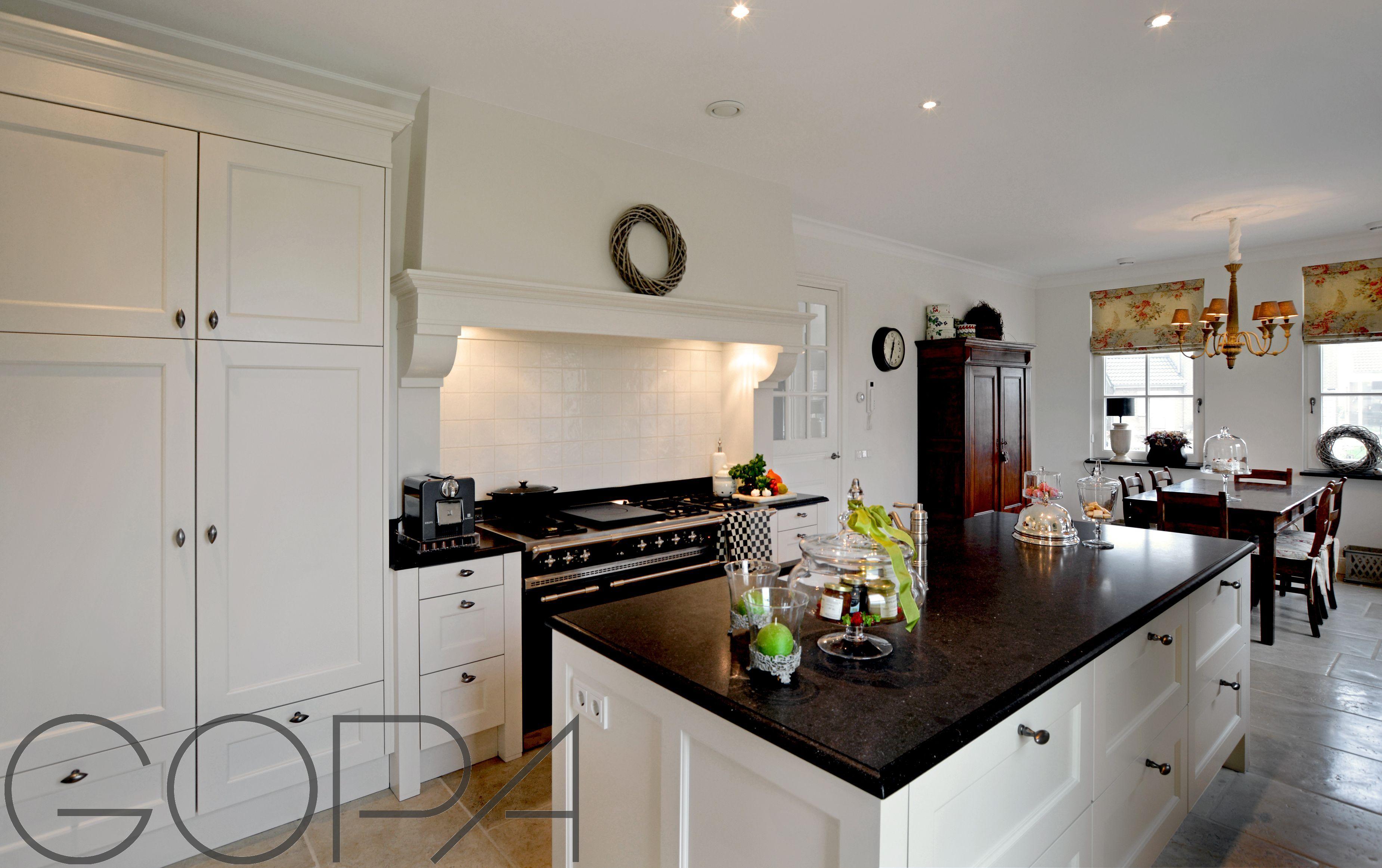 Landelijke lichte keuken met granieten werkblad in belgian blue
