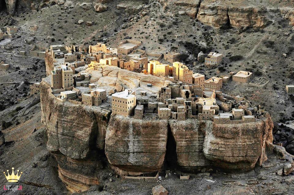 قرية حيد الجزيل هي قرية أثرية في اليمن تقع على قمة صخرة عملاقة تقع هذه القرية الخلابة وسط مناظر Beautiful Places To Travel Places To Travel Amazing Buildings