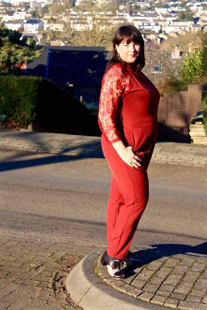 rode jumpsuit, grote maten, volle vrouw, foto opzij, Praslin Plus