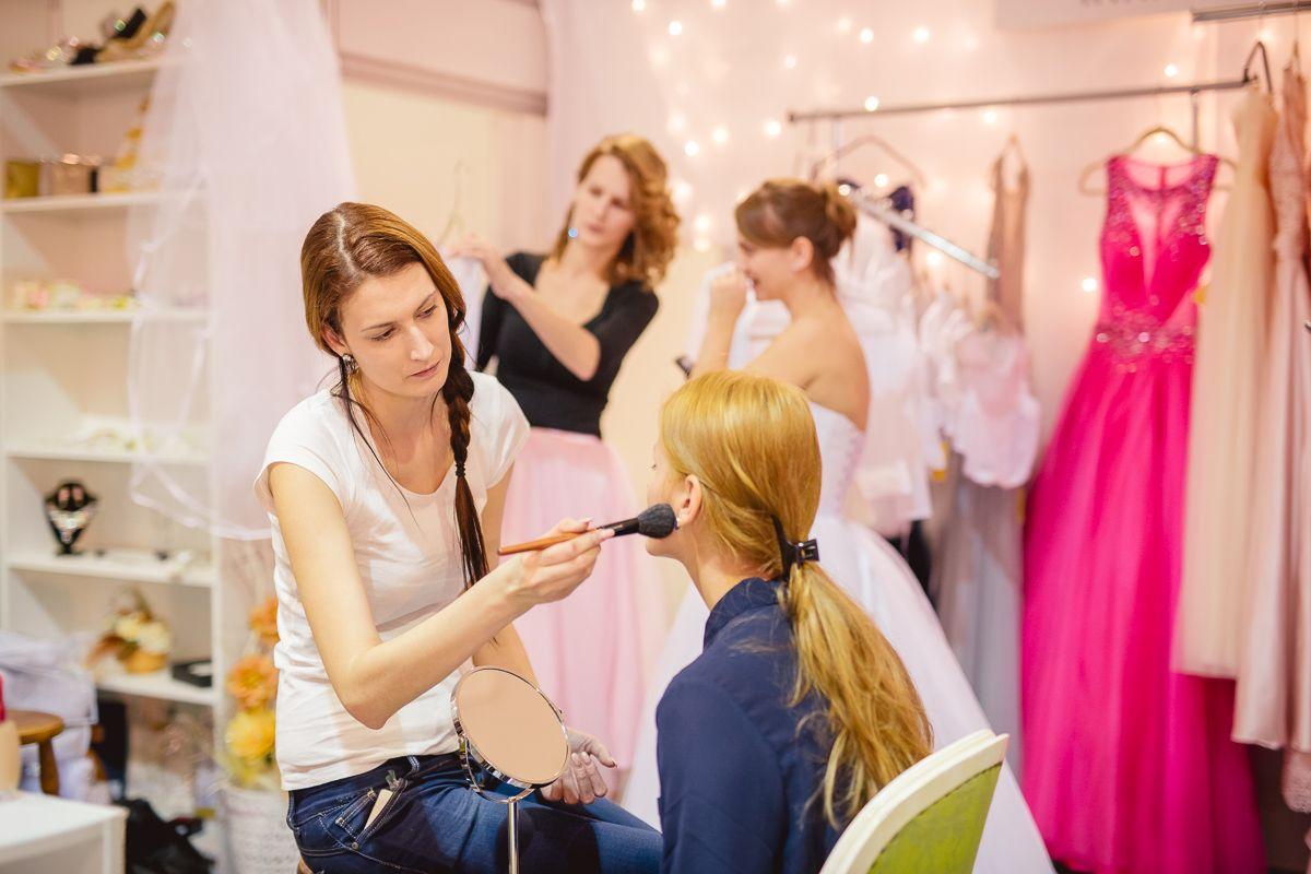 Vyberanie svadobných šiat na svadobnej výstave