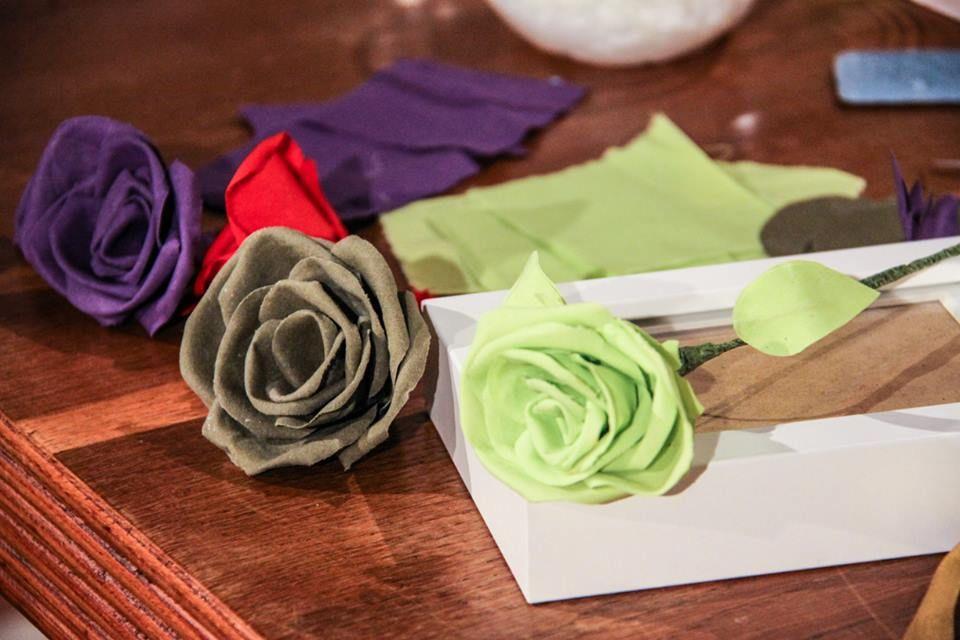 Le rose di stoffa di anna borrelli detto fatto 10 12 14 for Tutorial fermaporta di stoffa