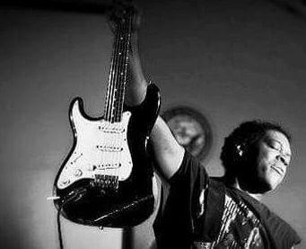 Di lui Eric Clapton disse qualche tempo fa che era l'astro nascente del blues. Auspicio beneaugurante che si è pienamente realizzato per Carvin Jones, texano, 50 anni tra qualche giorno, oggi saldamente assiso nella Top 50 dei migliori chitarristi blues ...