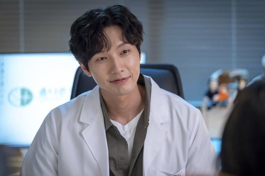 "Ji Hyun Woo Transforms Into A Sweet Psychiatrist For New Romance Drama ""Lonely Enough To Love"""