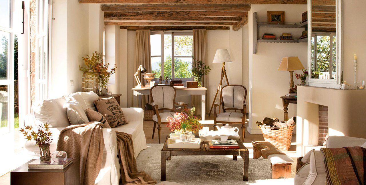 Salón rústico con vigas vistas en el techo y chimenea | Ideas ...