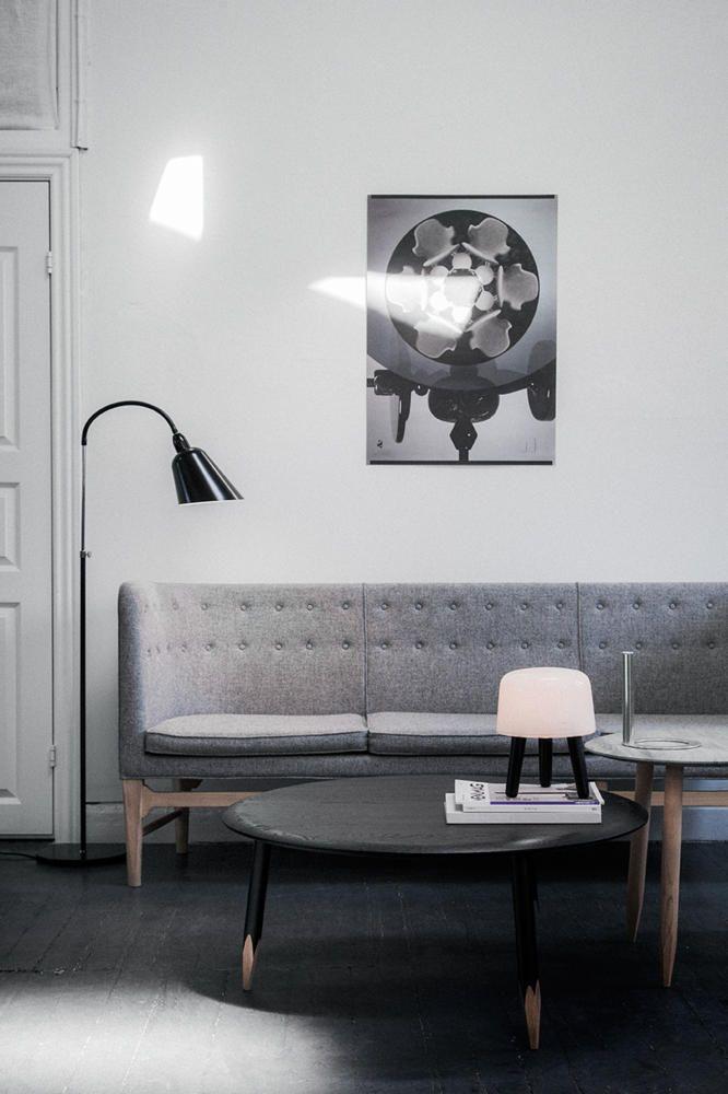 """Das dänische Designersofa """"Mayor"""" von &tradition ist die Neuauflage des Designklassikers von Arne Jacobsen aus dem Jahre 1939. Dazu werden weitere hochbeinige Möbel kombiniert, die auch in Grau- oder Schwarztönen mit Holzelementen gehalten sind. Einfach ein zeitloser und dennoch moderner Stil."""