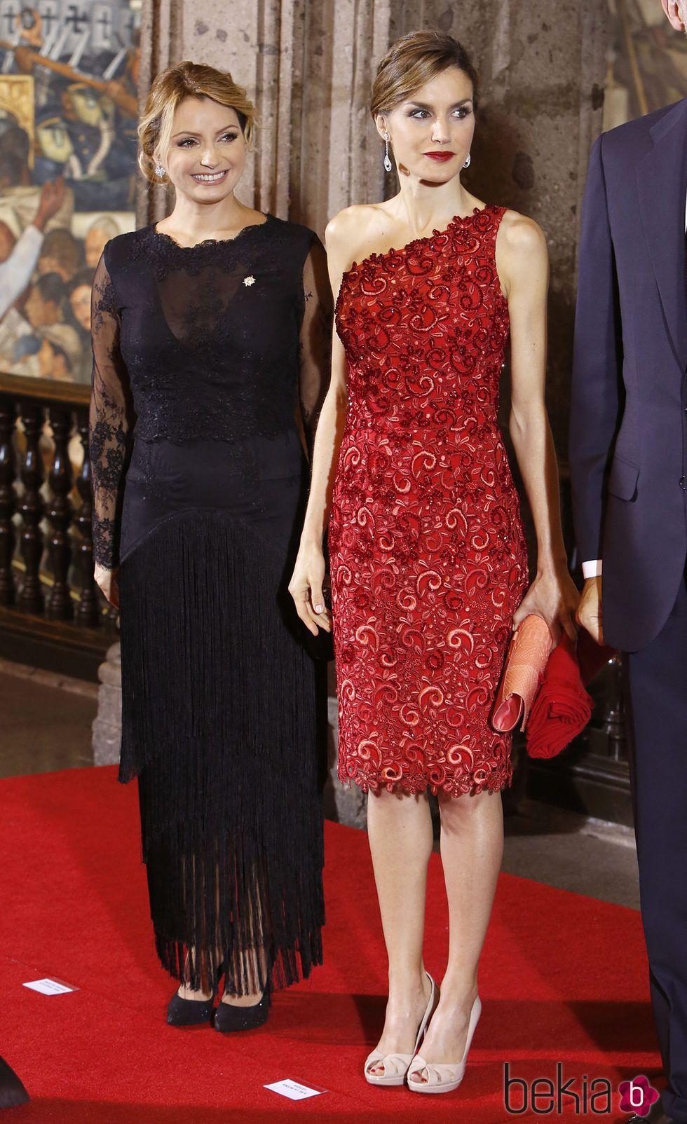 0c25870e26 La Reina Letizia con Angélica Rivera en la cena de gala por el Viaje de  Estado de los Reyes de España a México