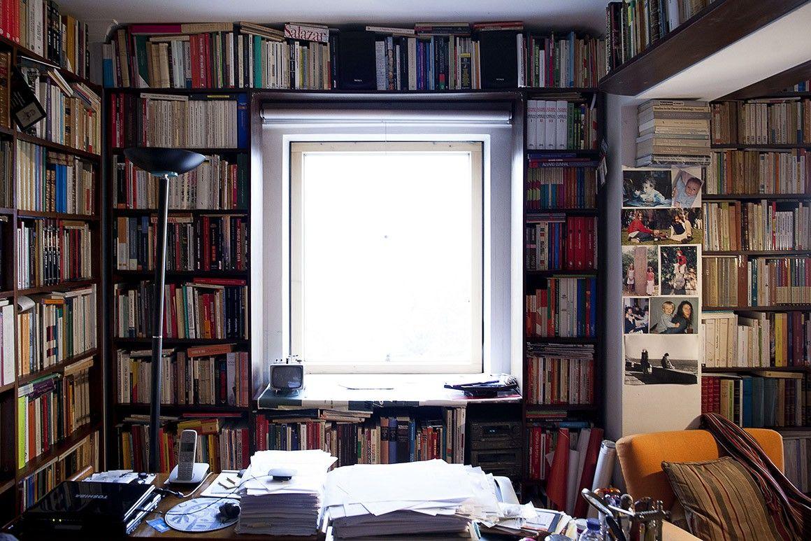 A biblioteca ocupa toda casa.