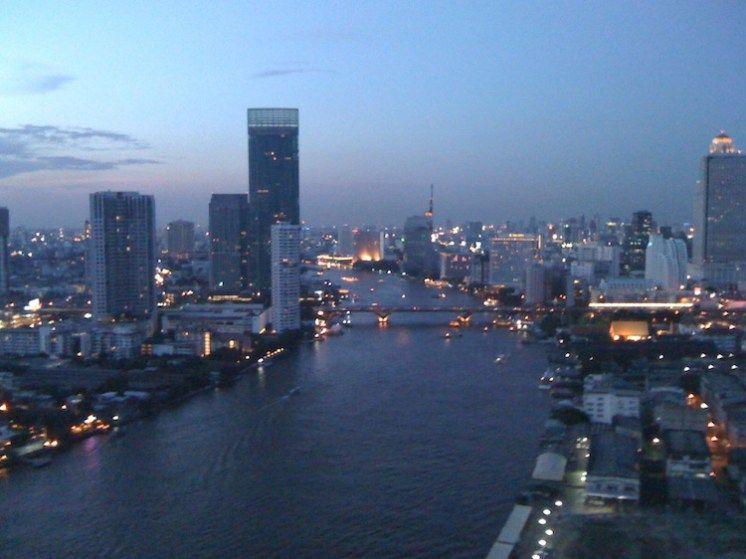 Chao Phraya bei Nacht