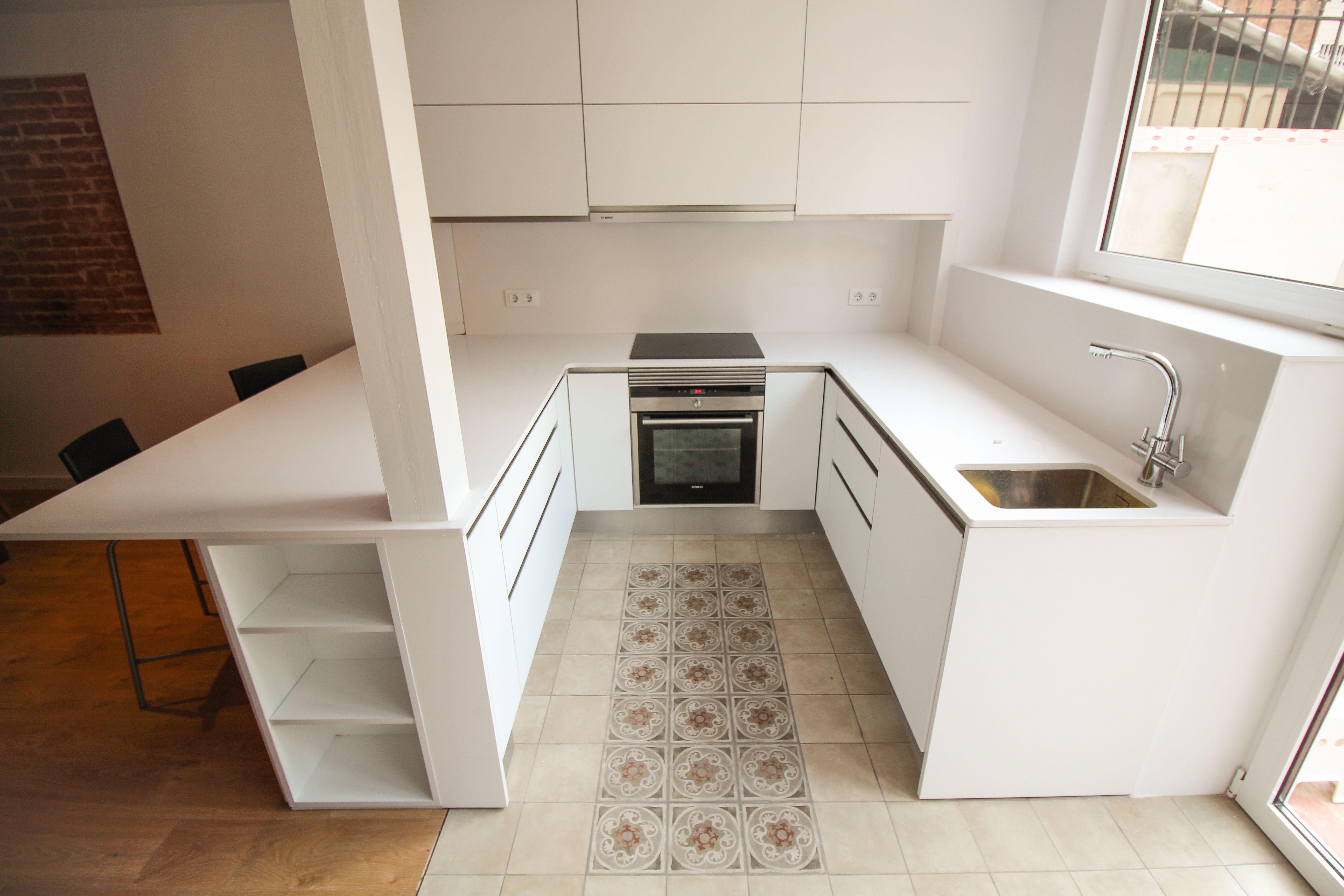 Reforma de cocina en forma de U, con mobiliario lacado blanco ...